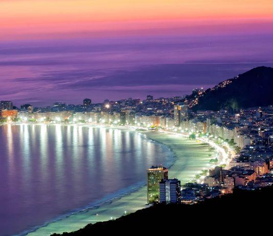 Die Copacabana bei Nacht,  Rio de Janeiro, Brasilien - © ekaterina_belova / Fotolia