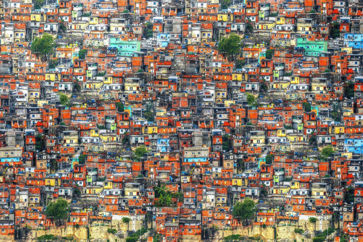 Die Favela Santa Marta in Rio de Janeiro, Brasilien besteht aus rund 5.000 Holzhäusern und 2.000 Ziegelhäusern - © Skreidzeleu / Shutterstock