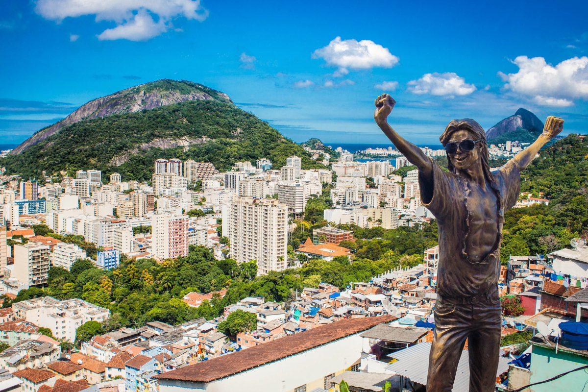 """Die Favela Santa Marta in Rio de Janeiro, Brasilien, war einer der Drehplätze für Michael Jacksons Musikvideo zu """"They don't care about us"""" - © Aleksandar Todorovic / Shutterstock"""