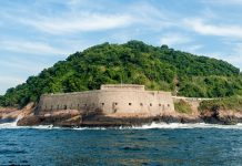 Die Festung São João da Barra am Morro Cara de Cão von Urca bei Rio de Janeiro, Brasilien, kann bei freiem Eintritt besichtigt werden - © rodrigues / Shutterstock