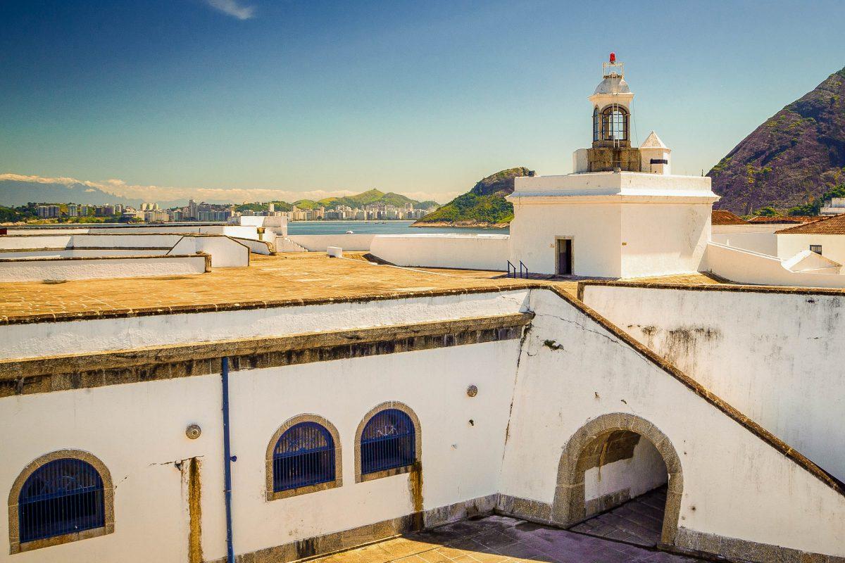 Die Festung Santa Cruz in der Bucht von Rio de Janeiro diente einst als Gefängnis und hielt große Persönlichkeiten von Brasiliens Geschichte gefangen - © Celso Diniz / Shutterstock