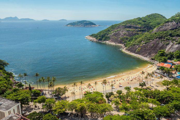 Die Idylle des Praia Vermelha in Rio de Janeiro genießt man am besten von der sicheren Küste aus, oder aus der Vogelperspektive, Brasilien - © byvalet / Shutterstock