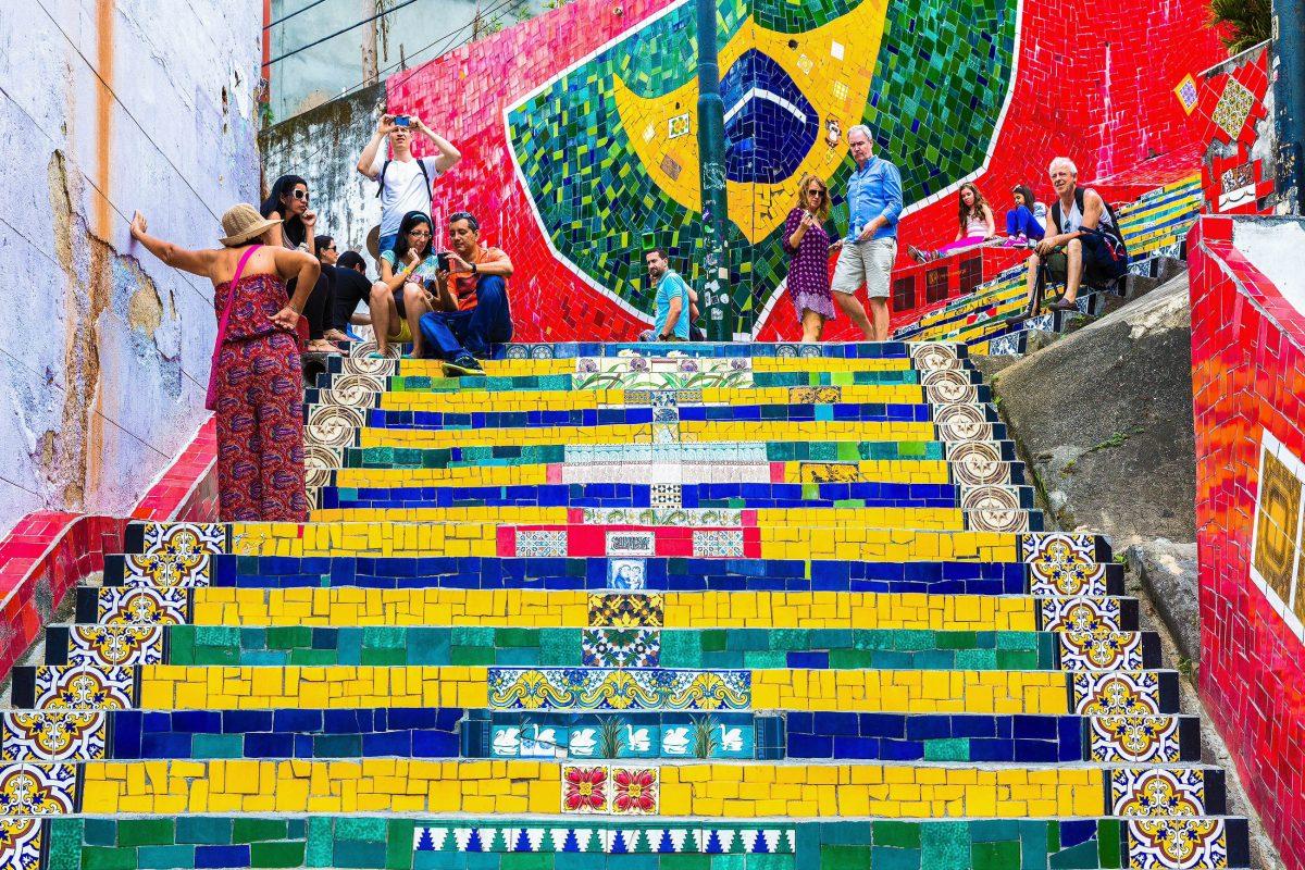 Die mit bunten Mosaiken verzierte Escada Selaron ist das berühmteste Beispiel für die Fertigkeit der Künstler in Santa Teresa, Rio de Janeiro, Brasilien - © Filipe Matos Frazao / Shutterstock