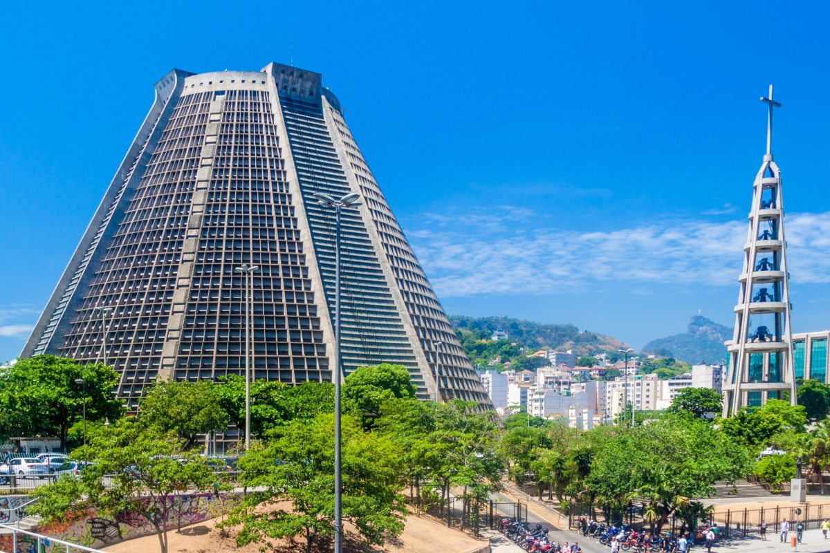 Die Neue Kathedrale von Rio de Janeiro, Brasilien, stammt aus dem späten 20. Jahrhundert und zählt zu den ungewöhnlichsten Gotteshäusern der Welt - © Matyas Rehak / Shutterstock