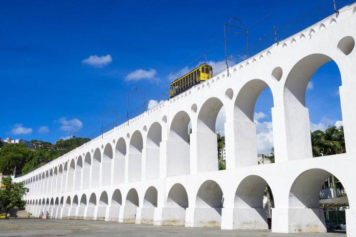 Die Tram ist abgesehen von Bussen das einzige öffentliche Verkehrsmittel, welches über das Carioca-Aquädukt nach Santa Teresa fährt, Rio, Brasilien - © lazyllama / Shutterstock