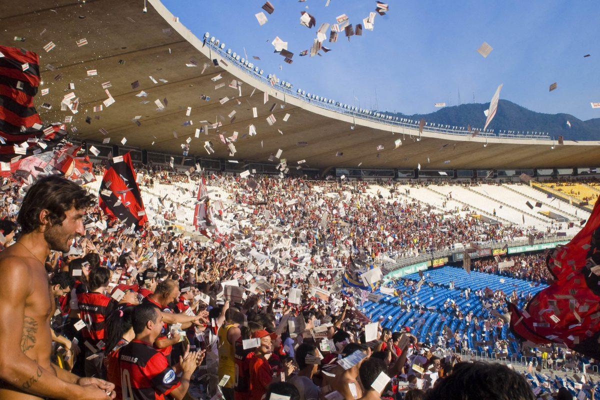 Die Tribünen des Maracanã Stadions in Rio de Janeiro bei einem Fußballlspiel, Brasilien - © Celso Pupo / Shutterstock