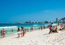 Ein typischer Sommertag an der Copacabana in Rio de Janeiro, Brasilien  - © Elena Pominova / Shutterstock
