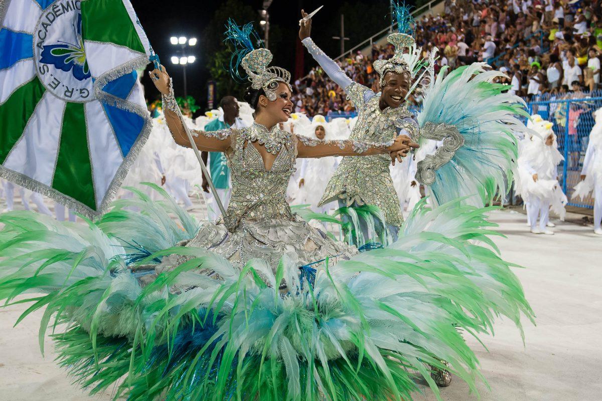 Eine Tänzerin in einem atemberaubenden Kostüm im Sambodromo, Karneval in Rio de Janeiro, Brasilien - © Celso Pupo / Shutterstock