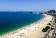 Fantastischer Blick aus der Luft auf den wahrscheinlich berühmtesten Strand der Welt, die Copacabana in Rio de Janeiro, Brasilien - © csokil1 / Fotolia