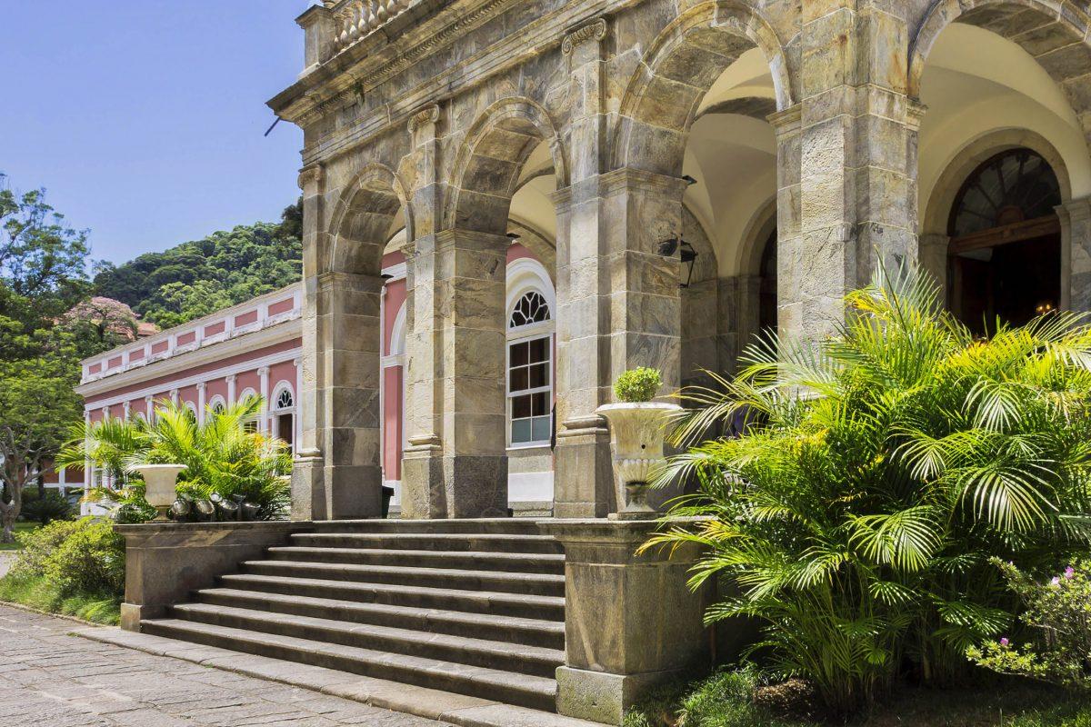 Hinter der prächtigen Fassade des Museu Imperial in Rio de Janeiro verbergen sich eindrucksvolle Architektur, Kunstgegenstände und historische Dokumente, Brasilien - © Su Justen / Shutterstock