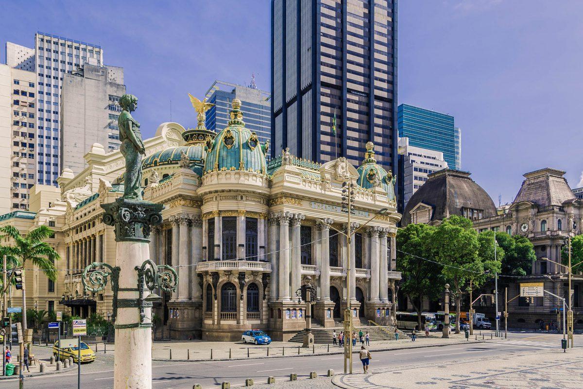 Im Schatten der modernen Hochhäuser rund um den Praça Floriano in Rio de Janeiro ist das historische Teatro Municipal eine architektonische Augenweide, Brasilien - © Filipe Matos Frazao / Shutterstock