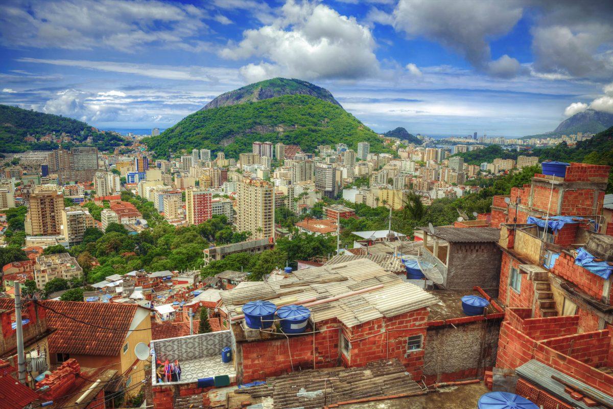 Je höher die Fahrt auf den Hügel von Santa Marta geht, desto gewaltiger wird das Postkarten-Panorama von Rio de Janeiro, Brasilien - © Skreidzeleu / Shutterstock