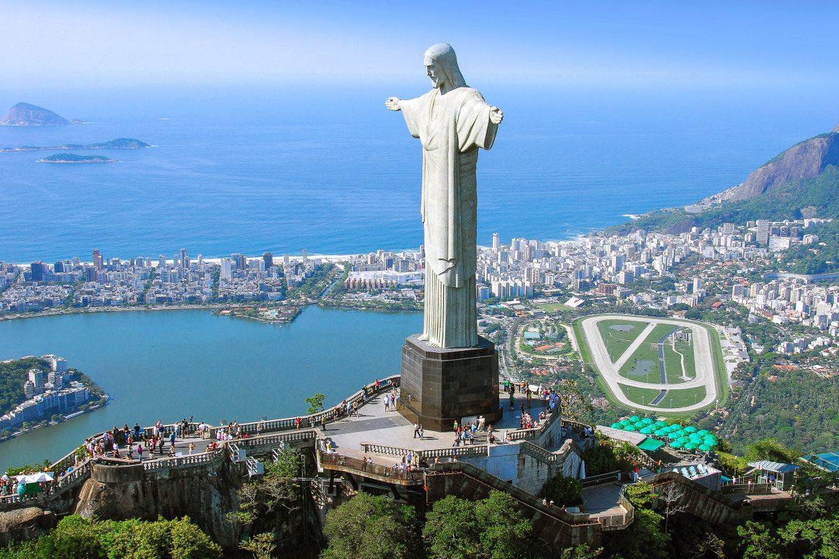 Luftaufnahme der weltberühmten Statue Cristo Redentor in Rio de Janeiro; im Hintergrund die Copacabana, Brasilien - © Mark Schwettmann / Shutterstock