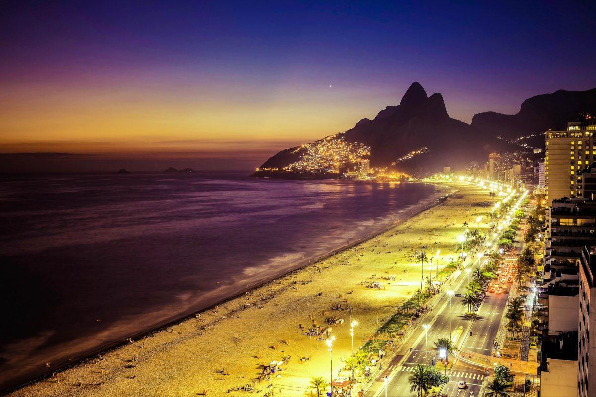 Nach Sonnenuntergang trifft man sich am Strand von Ipanema in den angesagten Clubs und Bars von Rio de Janeiro, Brasilien - © marchello74 / Shutterstock