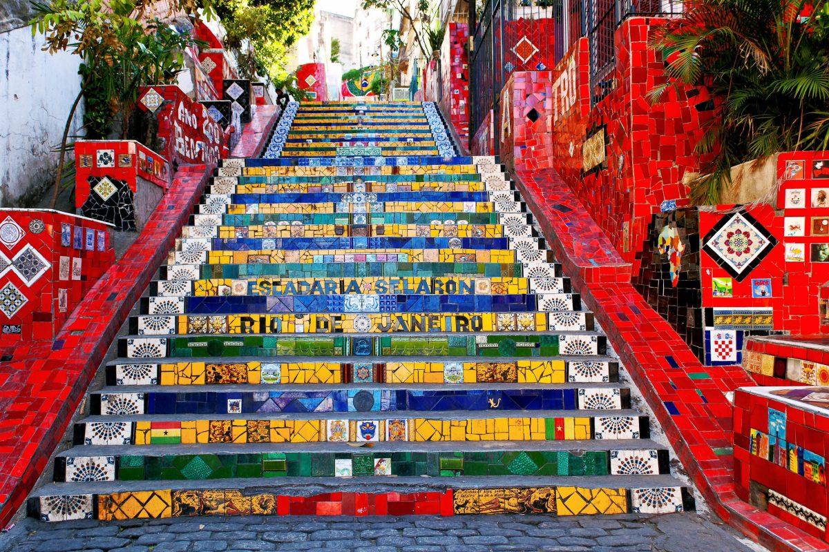 Prächtige Mosaike, bunt bemalte Mauern und die älteste Straßenbahn der Welt prägen das Stadtviertel Santa Teresa in den Bergen von Rio de Janeiro, Brasilien - © Catarina Belova / Shutterstock
