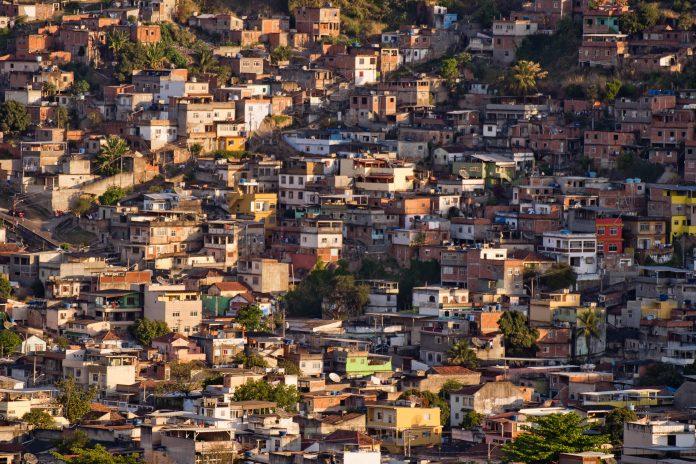 Rocinho, die größte Favela Lateinamerikas, Rio de Janeiro, Brasilien - © Vitoriano Junior / Shutterstock