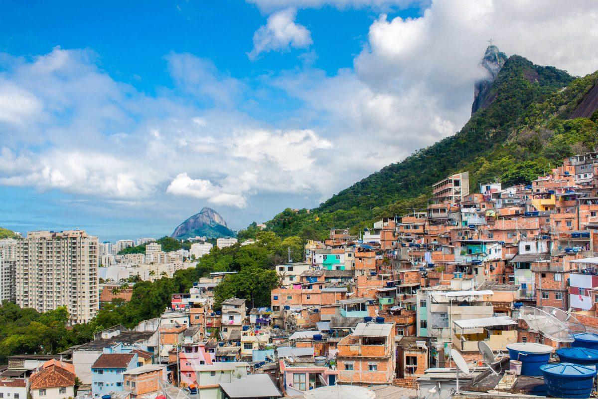 Seit den 1940er-Jahren wuchs der Santa Marta Slum im Süden von Rio, bis er das gesamte Areal bis zur Spitze des Hügels bedeckte, Brasilien - © Aleksandar Todorovic / Shutterstock