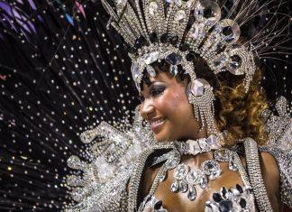 Tänzerin einer Sambaschule auf der Karnevalsparade im Sambodromo in Rio de Janeiro, Brasilien - © Celso Pupo / Shutterstock