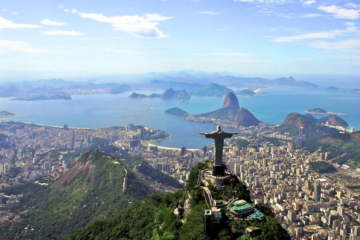 Traumhafter Blick aus der Vogelperspektive über die Christusstatue auf die Bucht von Rio de Janeiro, Brasilien - © Marc Turcan / Shutterstock