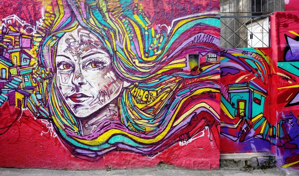 Viele Mauern und Häuser von Santa Teresa sind mit ebenso kunstvollen wie farbenfrohen Wandbildern geschmückt, Rio de Janeiro, Brasilien - © EQRoy / Shutterstock
