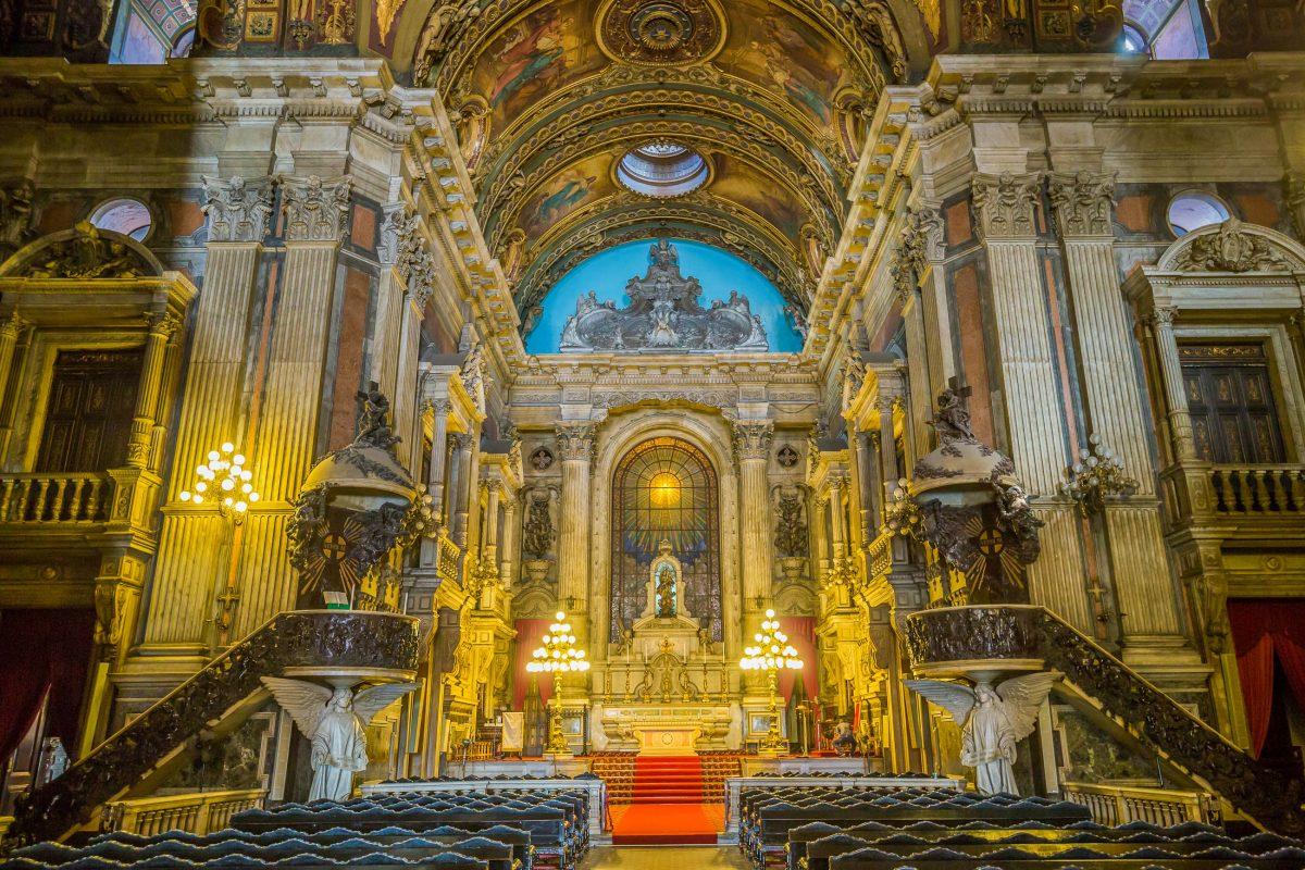 Vom Boden bis zur Decke ist die Candelária Kirche in Rio de Janeiro mit Gemälden und Schmuck-Elementen versehen, Brasilien - © f11photo / Shutterstock