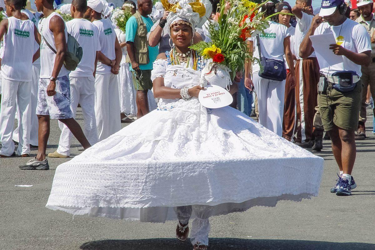 Am Festa do Senhor do Bonfim in der Unterstadt von Salvador da Bahia waschen traditionell gekleidete Frauen die Stufen der Igreja do Bonfim, Brasilien - © Vinicius Tupinamba / Shutterstock