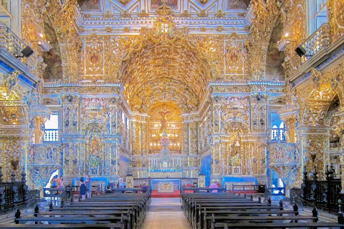 Beim Anblick des Altarraums in der Igreja de São Francisco wird klar, warum sich die Innendekoration der Kirche in Salvador über fast 150 Jahre zog, Brasilien - © FRASHO / franks-travelbox