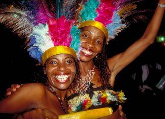 Beim Karneval in Salvador da Bahia ist immer viel Lachen dabei, Brasilien - © MarkVanOvermeire/Shutterstock
