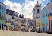 Blick vom Zentrum des Pelourinho, dem ehemaligen Sklavenmarkt, auf die Altstadt von Salvador, Brasilien - © Vinicius Tupinamba/Shutterstock