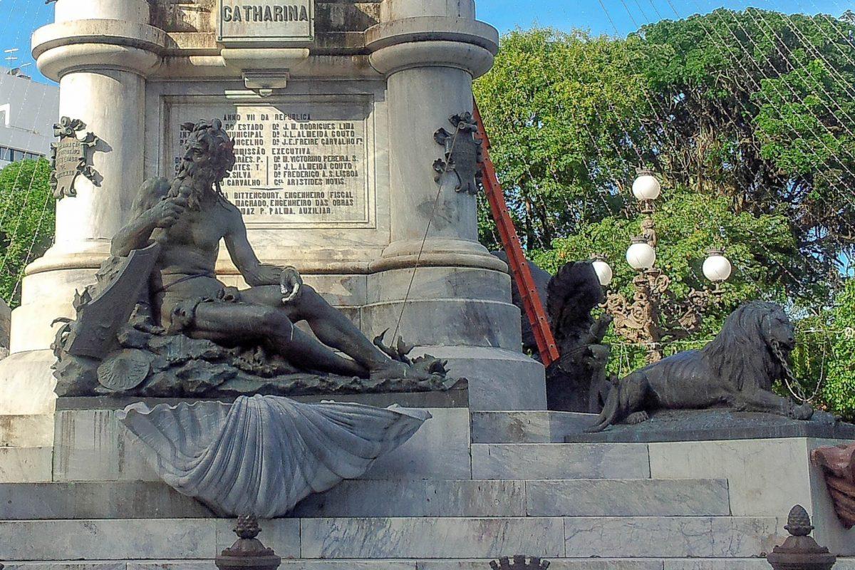 Das eindrucksvolle Monument in der Mitte des Praça do Campo Grande in Salvador erinnert an die Helden und Ereignisse Unabhängigkeitskrieges von Brasilien - © FRASHO / franks-travelbox