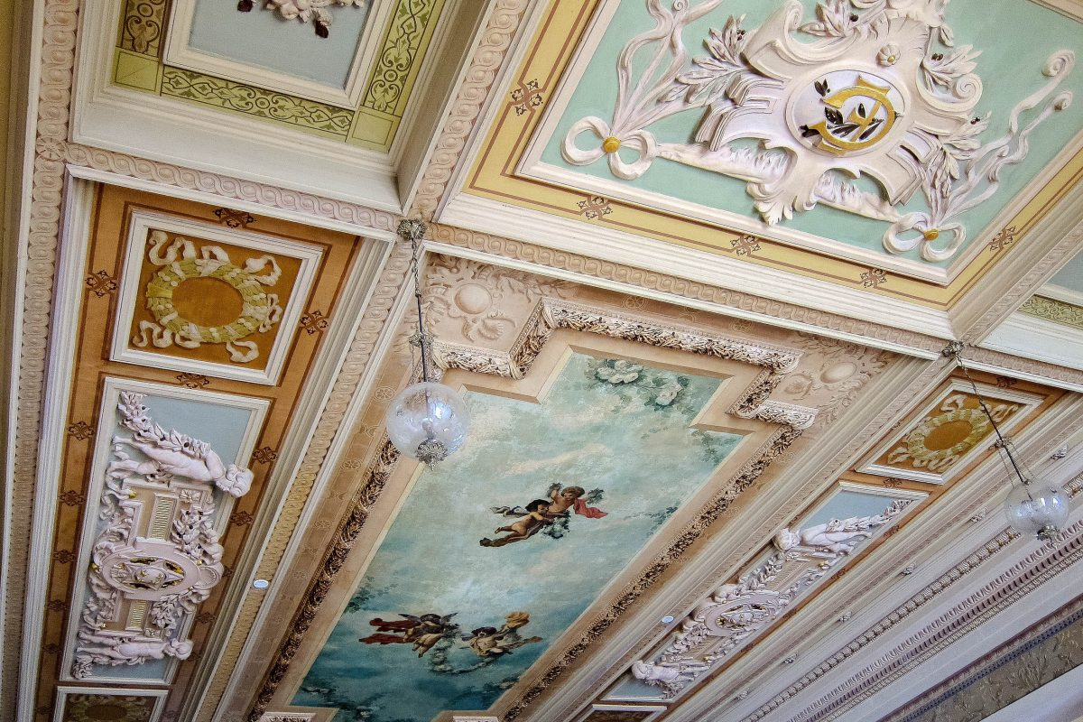 Das Interieur des Palácio Rio Branco in Salvador zieren kunstvolle Stuckornamente und herrliche Deckengemälde, Brasilien - © FRASHO / franks-travelbox