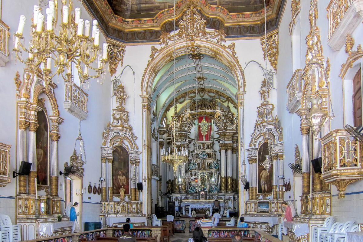 Das reich geschmückte Kirchen-Interieur der Igreja do Bonfim in Salvador wurde erst im 19. Jahrhundert fertig gestellt, Brasilien - © FRASHO / franks-travelbox