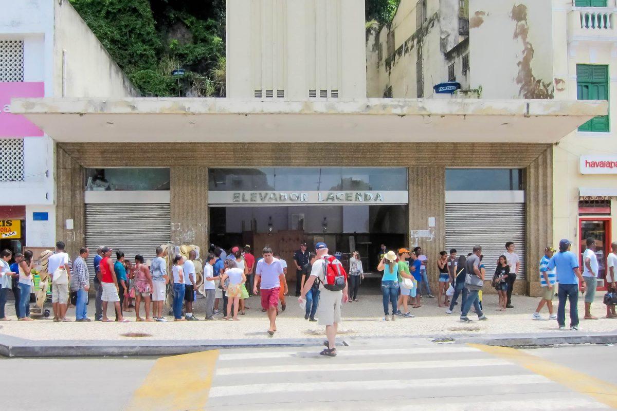 Der Einstieg in den Elavador Lacerda in der Unterstadt erfolgt am Praça Cairu, Salvador, Brasilien - © FRASHO / franks-travelbox