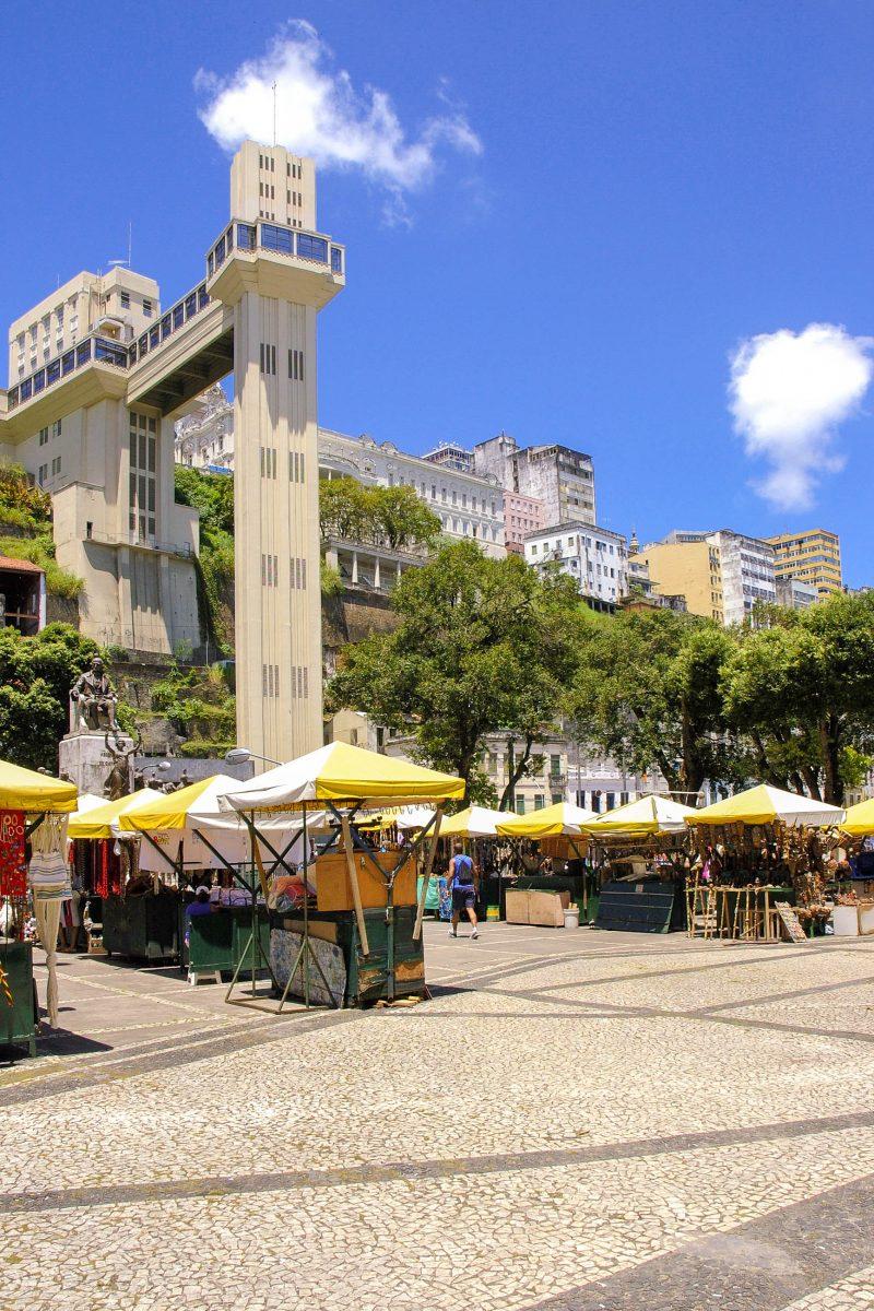 Der Elevador Lacerda ist ein Freiluftaufzug in Salvador da Bahia undl ist mittlerweile ein Wahrzeichen der Stadt, Brasilien - © Vinicius Tupinamba / Shutterstock