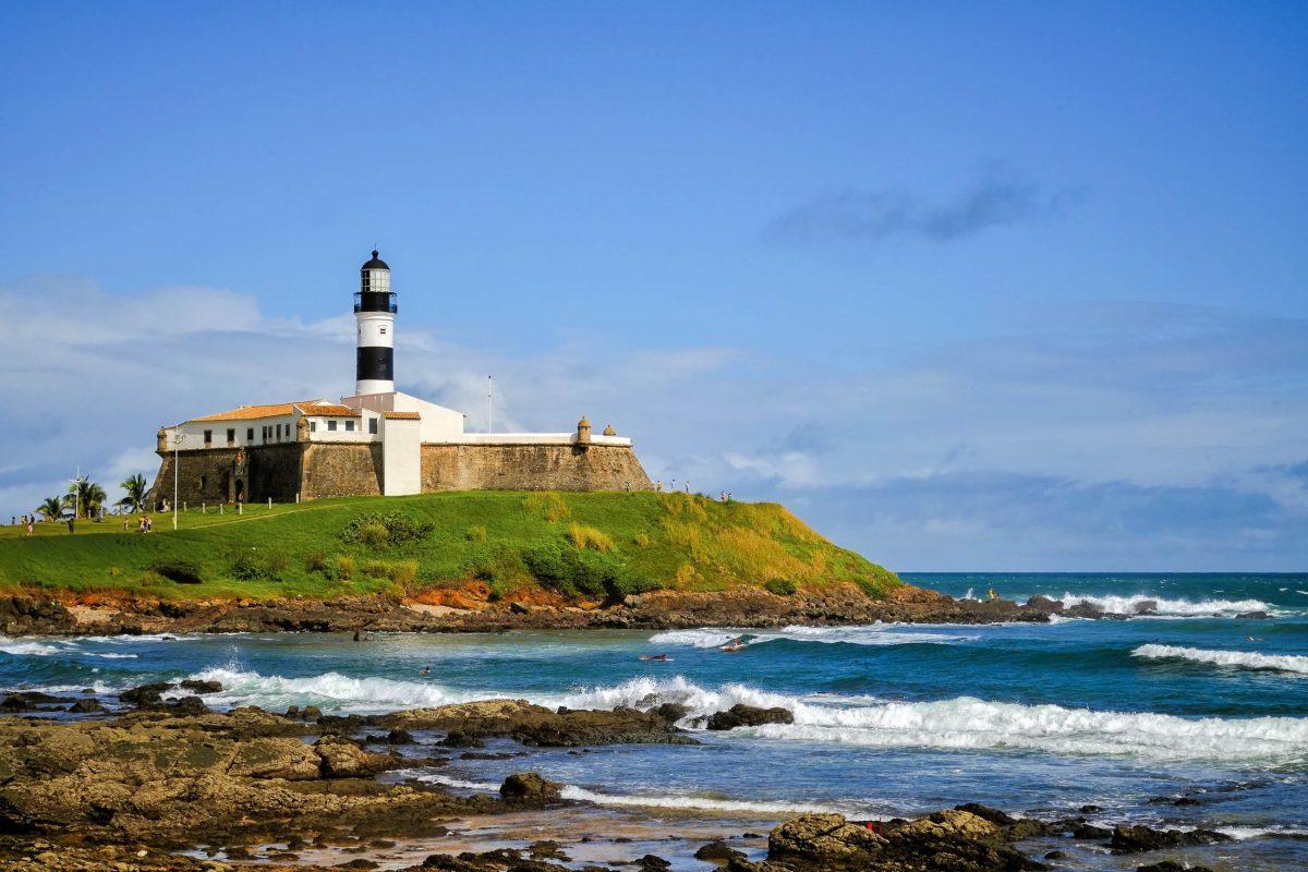 Der Farol da Barra in Salvador da Bahia schickt sein Licht in einem weiß-weiß-rot-Rhythmus über den Atlantik, Brasilien - © Vitoriano Junior / Shutterstock