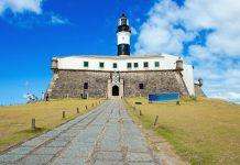 Der Farol da Barra in Salvador da Bahia wird von der mächtigen Festung Santo Antônio da Barra aus dem 17. Jahrhundert umringt, Brasilien - © Vinicius Tupinamba / Shutterstock