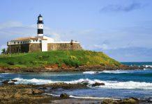 Der Leuchtturm Farol da Barra wurde im Jahre 1839 errichtet und ist der älteste Leuchtturm in ganz Südamerika, Salvador, Brasilien - © Vitoriano Junior / Shutterstock