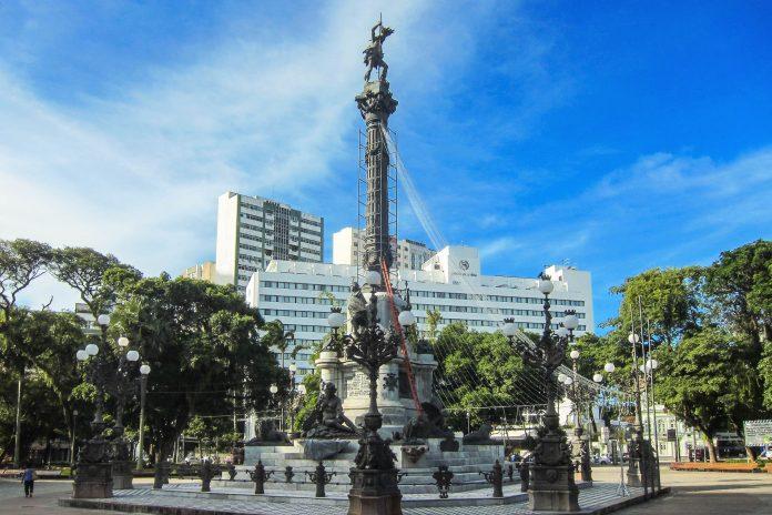 Der Praça do Campo Grande ist mit üppigem Grün und dem berühmten Teatro Castro Alves Kultur- und Freizeitzentrum Salvadors, Brasilien - © FRASHO / franks-travelbox