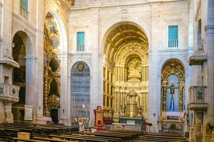 Der prachtvolle Altar im Hauptschiff  der Catedral Basilica in Salvador, Brasilien - © Anthony Correia / Shutterstock