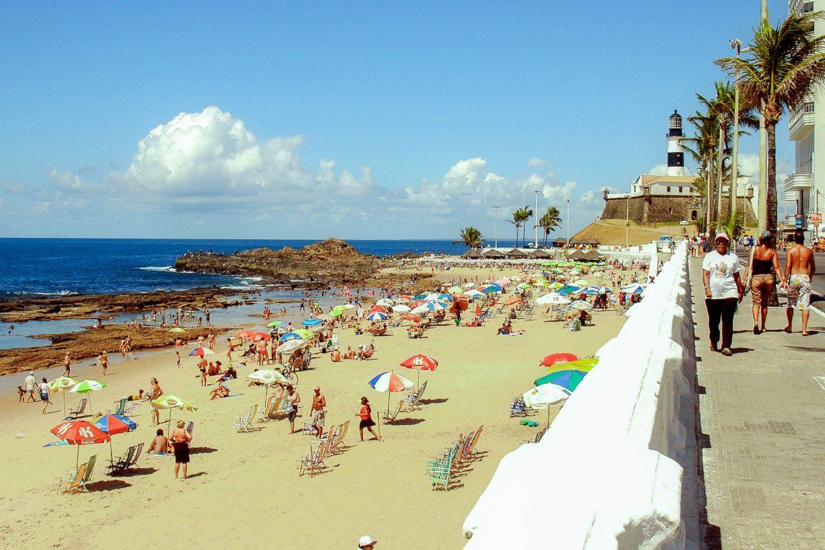 Der Praia da Barra in Salvador da Bahia ist vor allem an den Wochenenden oft überfüllt, Brasilien - © Vinicius Tupinamba/Shutterstock