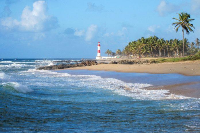 Der Praia da Itapuã wird von vielen Reisenden als schönster Strand Salvadors bezeichnet - © FRASHO / franks-travelbox