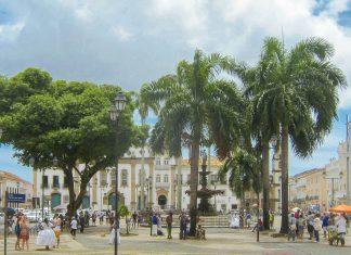 Der schmucke Platz Terreiro de Jesus ist ein gemütlicher Treffpunkt für Einheimische und Touristen und wird von einer Reihe an sehenswerten Bauten umringt - © FRASHO / franks-travelbox