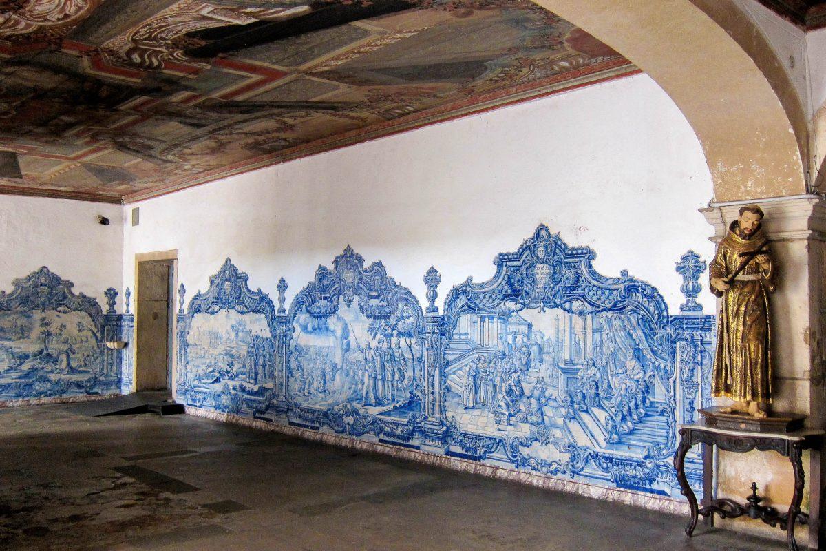 Der untere Teil der Wand in der Hauptkapelle der Igreja de São Francisco in Salvador wird von blauweißen Fliesenbildern aus Lissabon geschmückt, Brasilien - © FRASHO / franks-travelbox