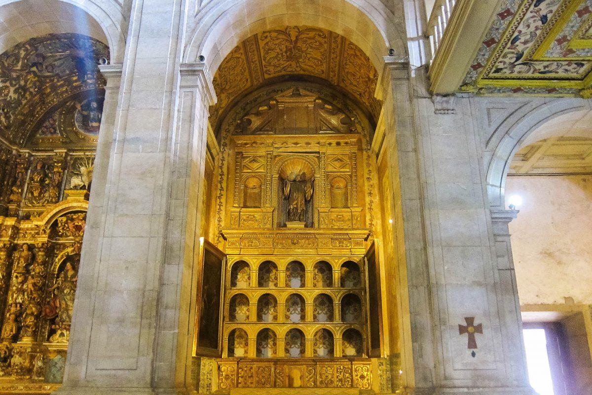 Die Catedral Basílica in Salvador da Bahia besteht aus nur einem Schiff, welches von mehreren kunstvoll geschnitzten Seitenaltären gesäumt wird, Brasilien - © FRASHO / franks-travelbox