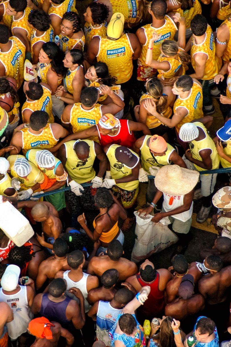 """Die Fans der so genannten Blocks begleiten das """"Trio elétrico"""" bei der Parade und werden durch ein Seil von den anderen Besuchern getrennt, Karneval in Salvador, Brasilien - © Vinicius Tupinamba/Shutterstock"""