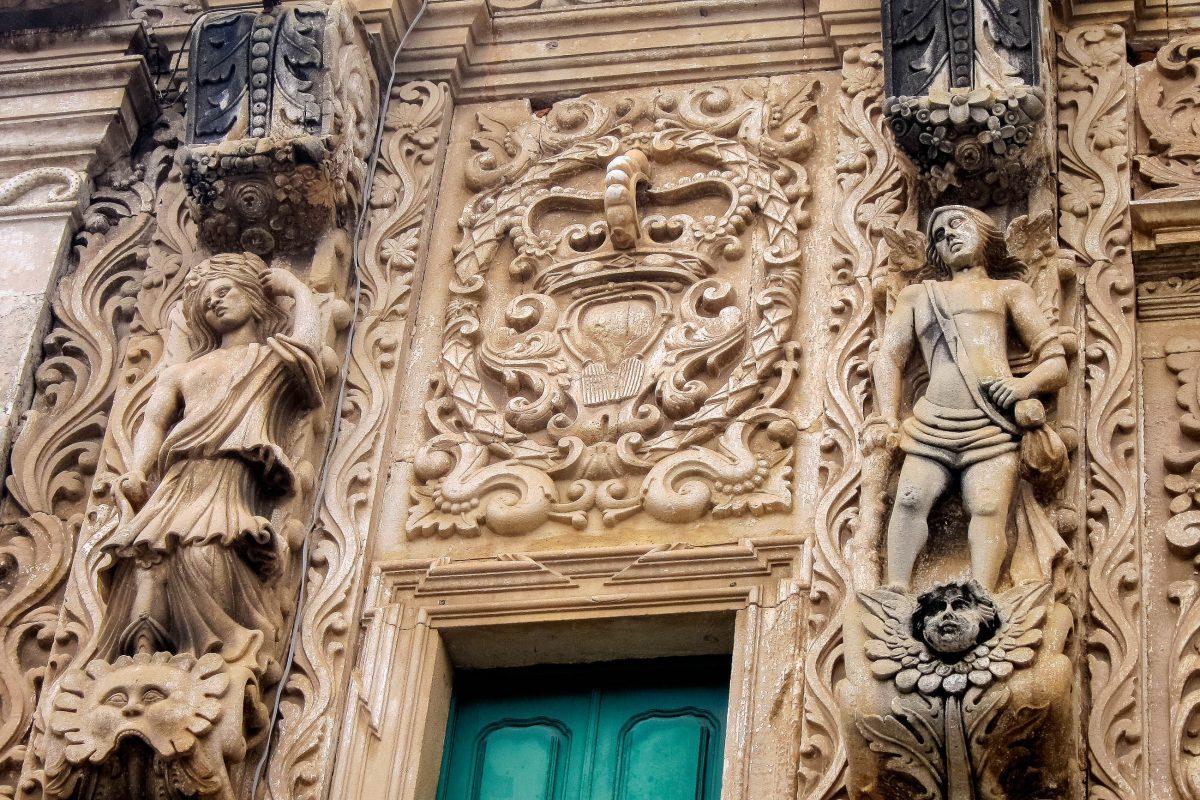 Die Fassade der Igreja da Ordem Terceira de São Francisco in Salvador strotzt nur so vor Skulpturen, Reliefs, Girlanden und Kränzen, Brasilien - © FRASHO / franks-travelbox