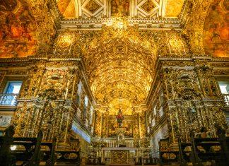 Die Igreja de São Francisco in Pelourinho, Salvador da Bahia, beherbergt einen unermesslichen Reichtum an Schnitzereien, Skulpturen und Goldverzierungen, Brasilien - © Luiz C. Ribeiro / Shutterstock