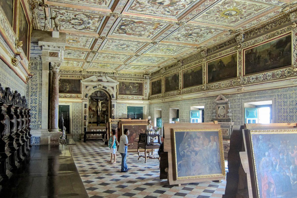 Die Sakristei der Catedral Basílica in Salvador da Bahia beeindruckt mit wertvollen Heiligenstatuen, barocken Möbeln und meisterhaften Gemälden von bedeutenden Jesuiten, Brasilien - © FRASHO / franks-travelbox
