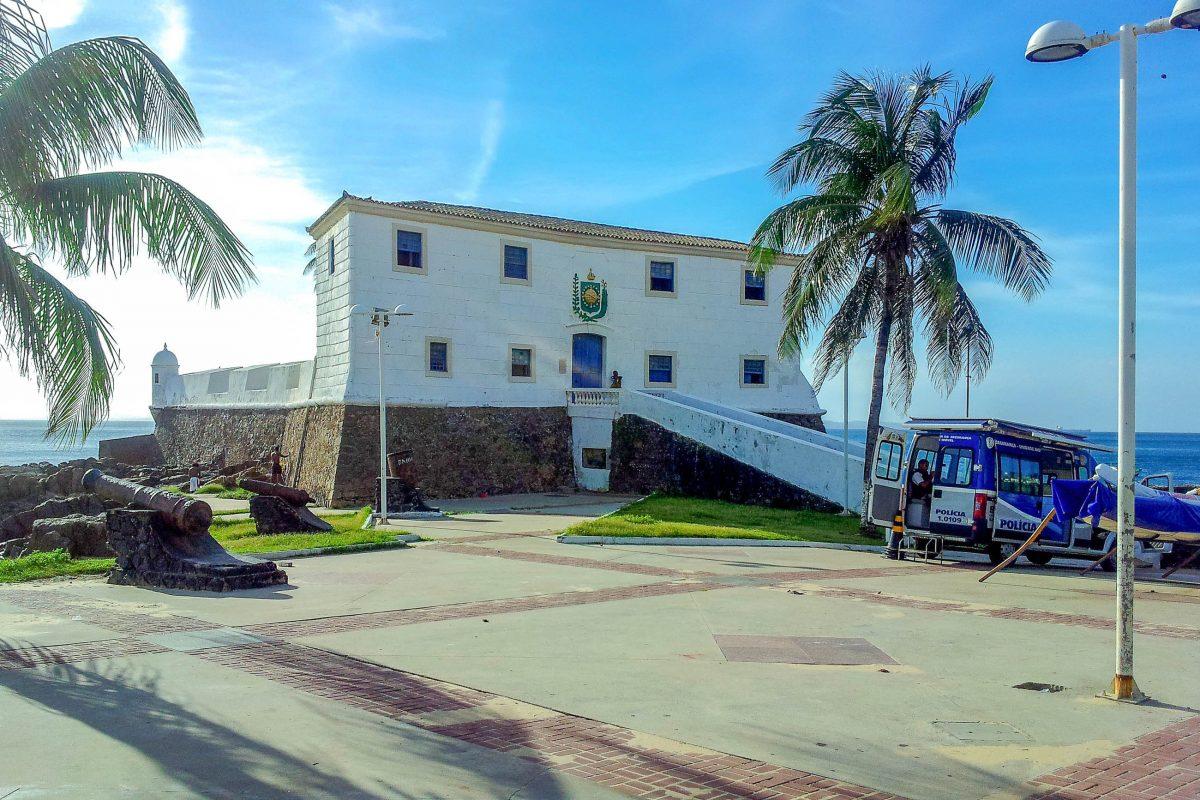 Die Santa Maria-Festung aus dem 17. Jahrhundert teilt den Praia do Barra in Salvador in zwei Teile, Brasilien - © FRASHO / franks-travelbox