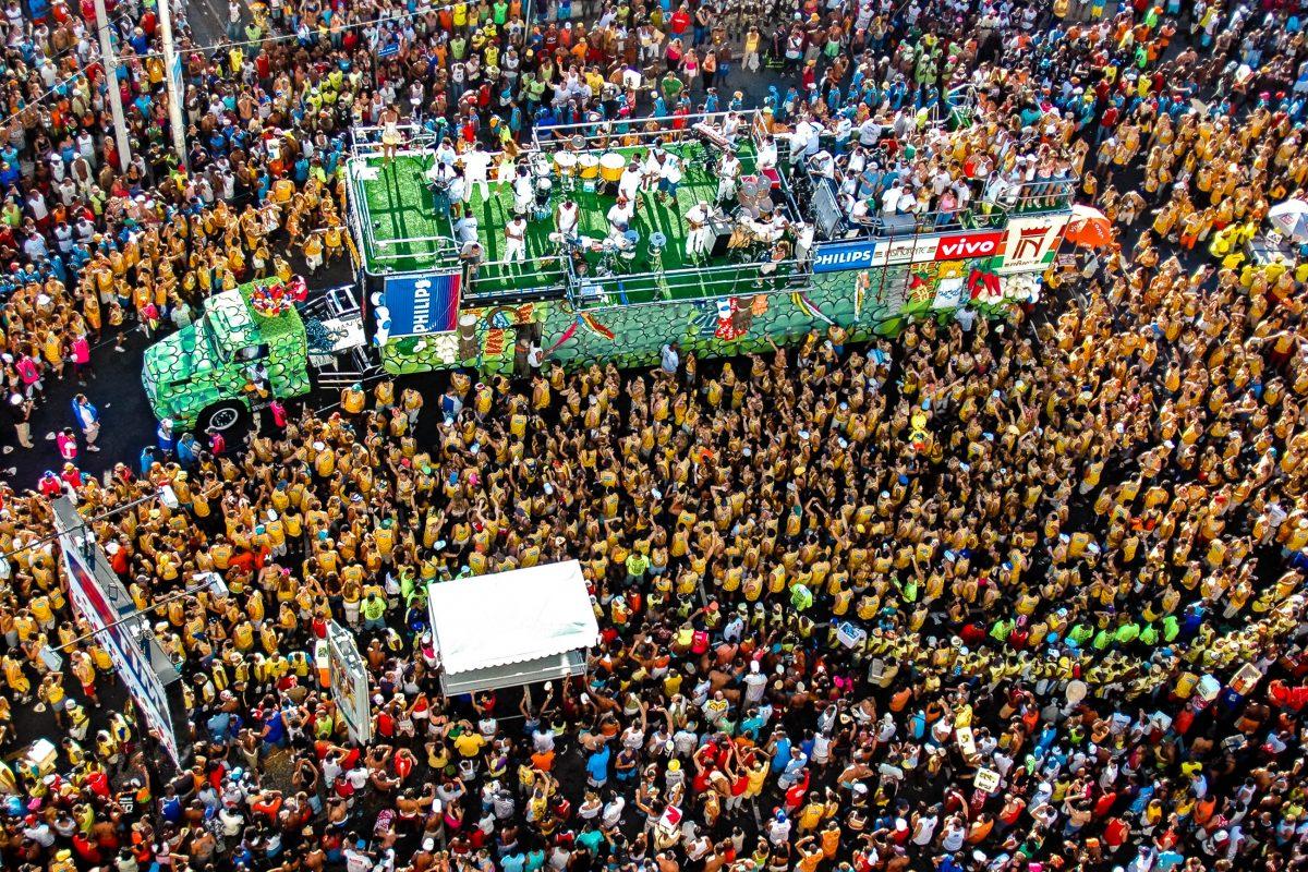 """Ein """"Trio elétrico"""" samt seinen Fans aus der Vogelperspektive, Karneval in Salvador da Bahia, Brasilien - © ViniciusTupinamba/Shutterstock"""